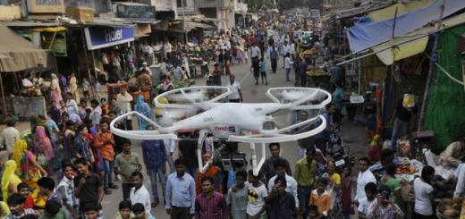 Nad indickými ulicemi zatím prohání drony pouze policie, budou to moci dělat i soukromníci? Zdroj: Hindustan News